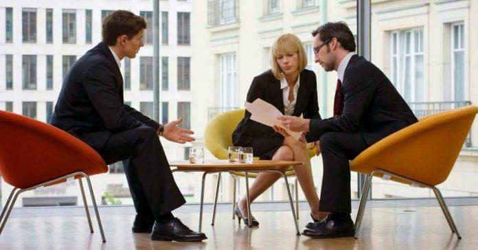 """Es un hecho que los trabajadores y los empresarios están condenados a entenderse. Las relaciones entre ambos no siempre son un camino de rosas. De hecho es fácil encontrar situaciones de buenas relaciones durante años que acaban en conflicto, muchas veces en los juzgados. Llegado ese punto, las estadísticas nos muestran que las sentencias favorables a los trabajadores llegan a un 80% de los casos, mientras que el empresario tan solo gana 2 de cada 10 conflictos judiciales. Antes de llegar a juicio, se dispone de un paso intermedio que da la oportunidad a las partes de llegar a un acuerdo amistoso en conciliación. En estos casos, se busca que ambas partes cedan en sus pretensiones y así evitar el enfrentamiento en sala, que acarrearía para el perdedor gastos de representación propios y de la parte contraria. Las cifras hablan por sí solas, en los últimos años se han podido contabilizar en algunos casos hasta 120.000 demandas anuales de trabajadores contra sus ex empresas. Todas estas demandas requieren de un asesoramiento y representación por parte de profesionales de la abogacía, tanto en el caso de las empresas como de los empleados. Estos últimos acuden con frecuencia a la ayuda que otorgan los sindicatos, que tienen su propio cuerpo de abogados. Varios despachos de prestigio han denunciado las malas praxis de algunos sindicatos como CCOO o UGT en los casos de representación en EREs, ya que afirman que a través de sus asesorías jurídicas, cobran un porcentaje sobre las indemnizaciones que reciben los empleados que se ven forzados a abandonar sus empresas afectados por Expedientes de Regulación de Empleo. Por parte del empresariado, es habitual disponer de una asesoría externa que lleve todos los temas legales relacionados con despidos y relaciones laborales. Javier Martin Alonso, abogado y director general de Asesores Martin, con una larga trayectoria profesional, tiene una opinión muy clara al respecto: """" En el caso de las pequeñas y medianas empresas es absoluta"""